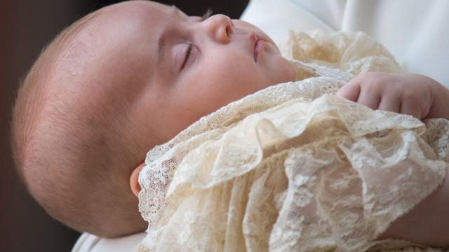Divulgadas fotos oficiais do batizado do príncipe Louis