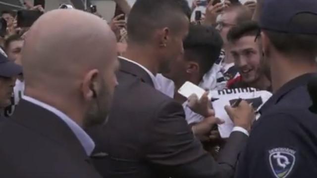 Ronaldo 'devorado' por uma enchente na chegada a Turim