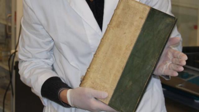 Três livros raros encontrados com veneno numa biblioteca na Dinamarca