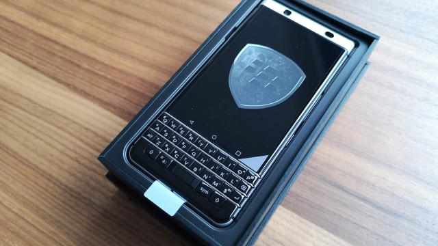 Eis o BlackBerry KeyOne. Veja como é tirá-lo da caixa