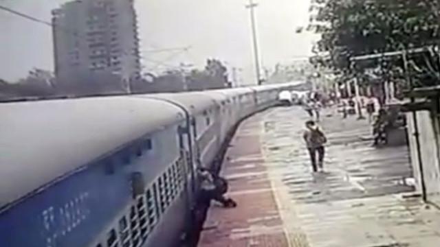 Passageiro arrastado 50 metros fora do comboio pela plataforma da estação