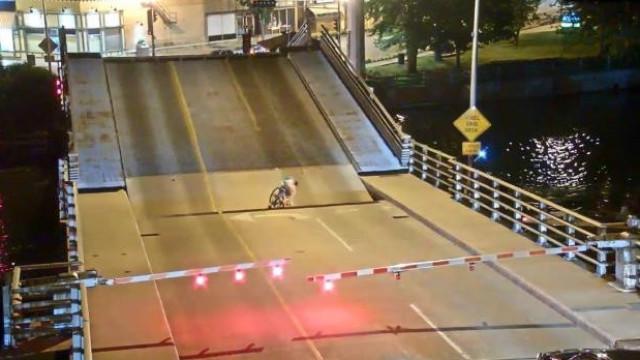 Ciclista e ponte levadiça: Imagina o que aconteceu nos Estados Unidos?