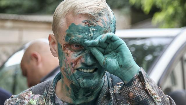 Ativista atacado com líquido verde. Ficou com queimaduras químicas
