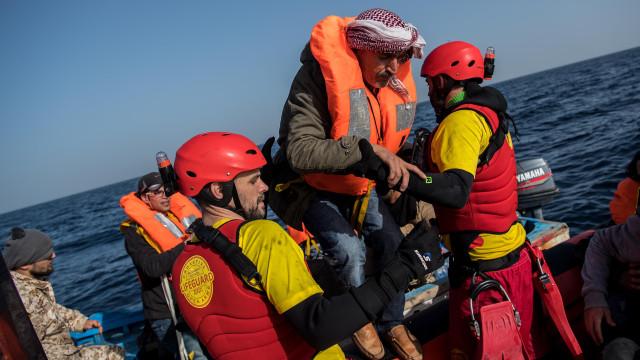 Líbia: Mulher resgatada viva de insuflável com dois corpos no interior