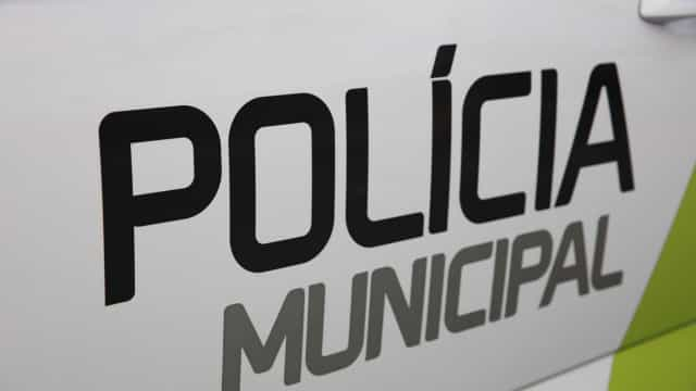 Polícia Municipal retira multas de estacionamento em bairro no Porto