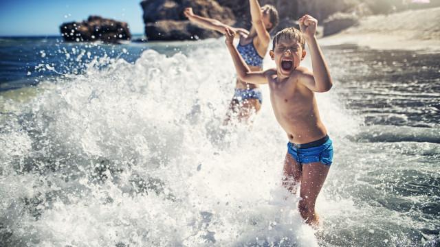 Com crianças na praia? Protetor solar, braçadeiras e… protetor de ouvidos