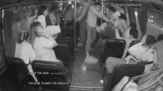 Homem usa arma após ter esfaqueado passageiro em autocarro na Tailândia