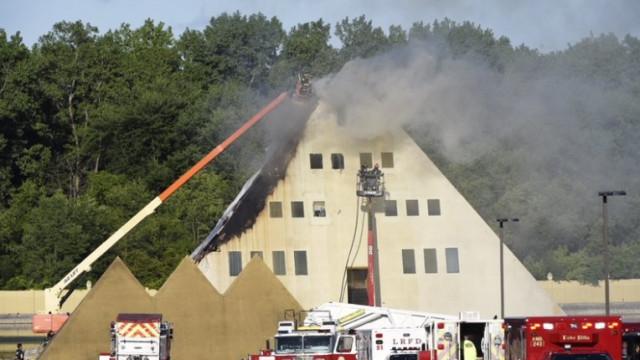 Ardeu casa gigantesca em forma de pirâmide nos EUA