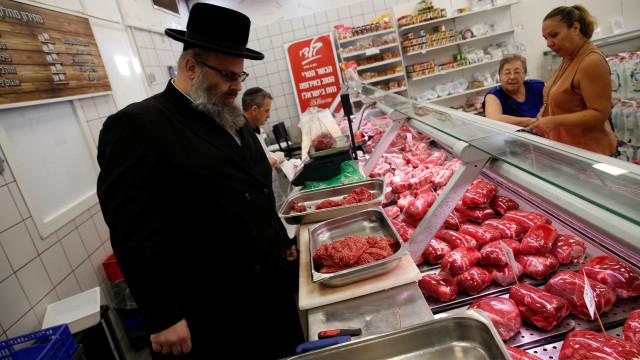 Político austríaco sugere lista de judeus para compra de carne kosher
