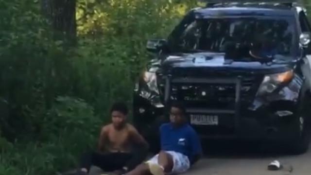 Polícia apontou arma a jovens negros depois de falsa chamada