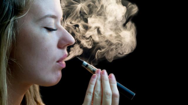 Consumo de cigarros eletrónicos aumenta risco de morte súbita nos bebés