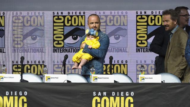 Ator de 'Breaking Bad' surpreende ao levar filha a evento