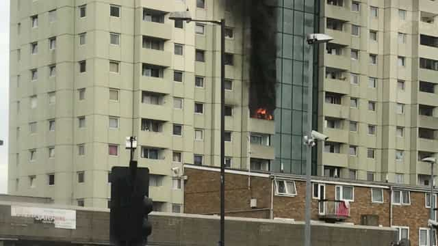 Incêndio deflagra em edifício residencial de Londres