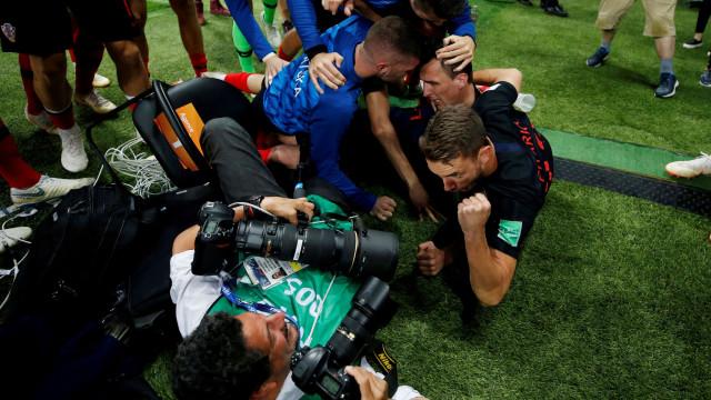 Fotógrafo 'esmagado' pelos festejos croatas convidado a visitar o país