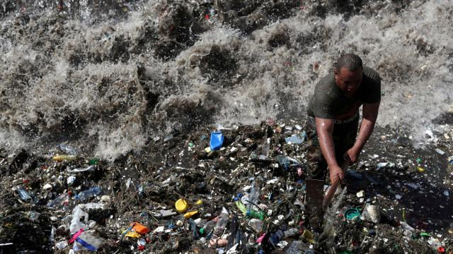 Praias paradisíacas das Caraíbas em risco de serem 'engolidas' por lixo