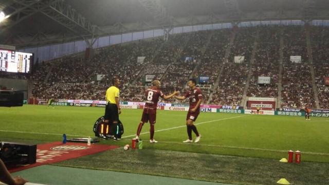 Iniesta goleado na estreia no Japão