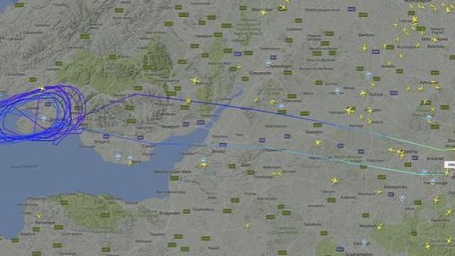 """Avião sobrevoa 13 vezes o País de Gales devido a """"problema técnico"""""""