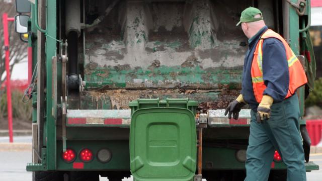 Camião do lixo embate em edifício e obriga à retirada dos habitantes