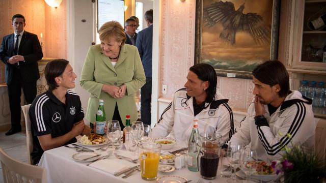 """Merkel expressa """"respeito"""" pela renúncia de Özil à seleção alemã"""