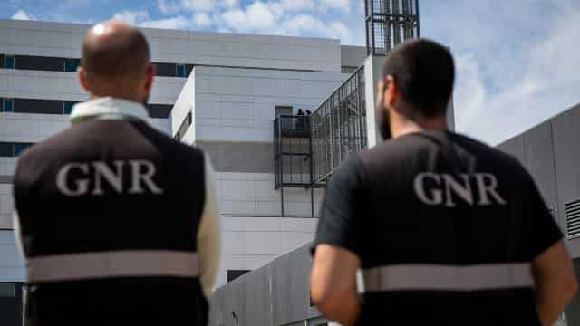 GNR retira caçadeiras a homem que agredia e ameaçava matar a mulher