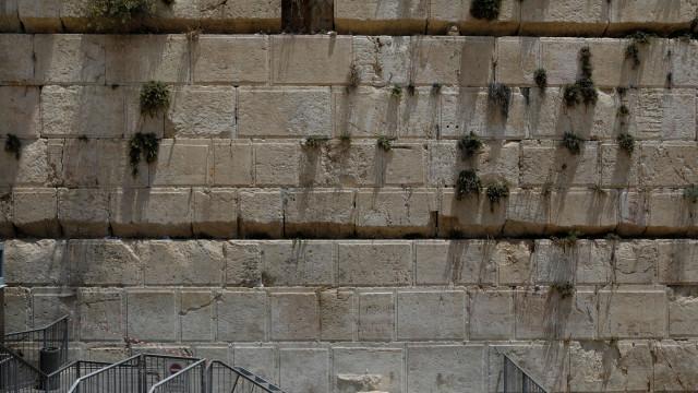 Pedra cai do Muro das Lamentações e quase atinge mulher que rezava