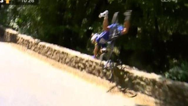 Tour: Ciclista embate em muro, cai por ravina e... continua em prova