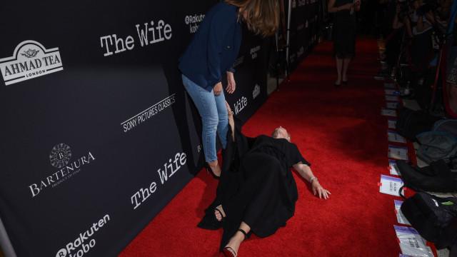De chorar a rir. Glenn Close finge desmaio na passadeira vermelha