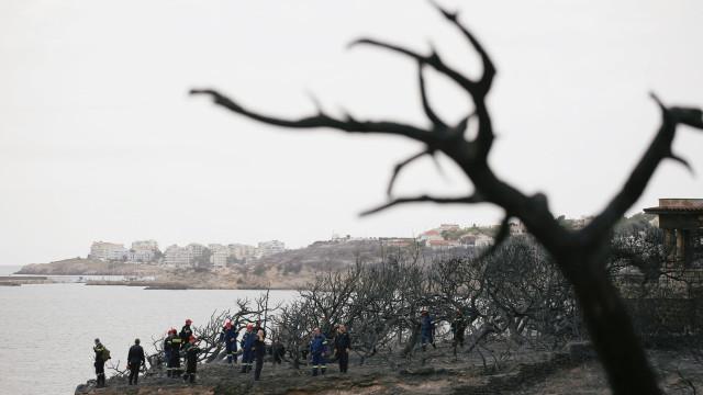 Incêndios na Grécia: Mergulhadores recuperam corpo do mar