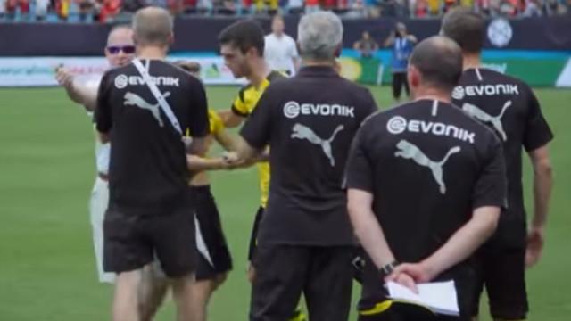 Jogador do Dortmund dá uma lição de 'saber-estar' a dois seguranças