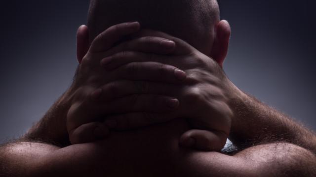 Estalar o pescoço pode causar um AVC? Sim, entenda o motivo