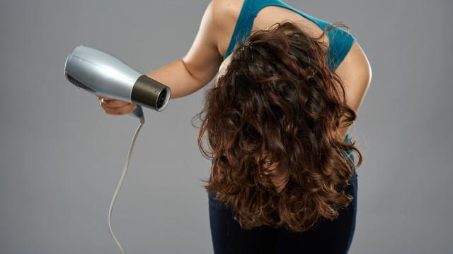 Não se sacrifique com o calor do secador e aprenda a secar o cabelo ao ar