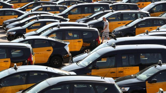 Greve de taxistas espanhóis contra Uber e Cabify ganha dimensão nacional