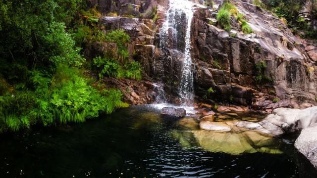 Uma mulher morreu e outra ficou gravemente ferida em quedas em cascatas