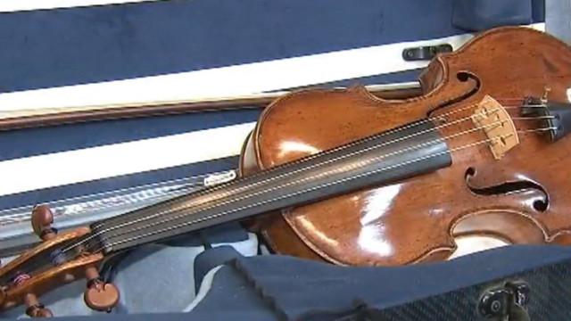 Penhores compram violino por 50 dólares e descobrem que vale 250 mil