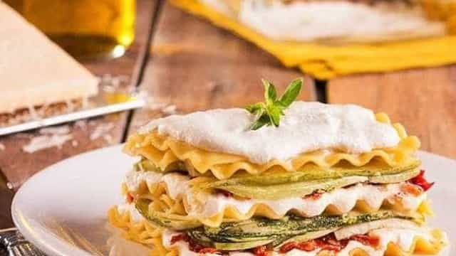 Receita: Lasanha com pasta de queijo branco e tomate seco