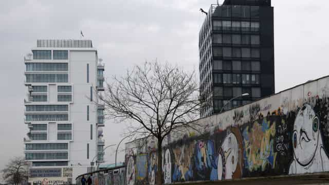 Fragmento do Muro de Berlim em exposição na Oliva Creative Factory