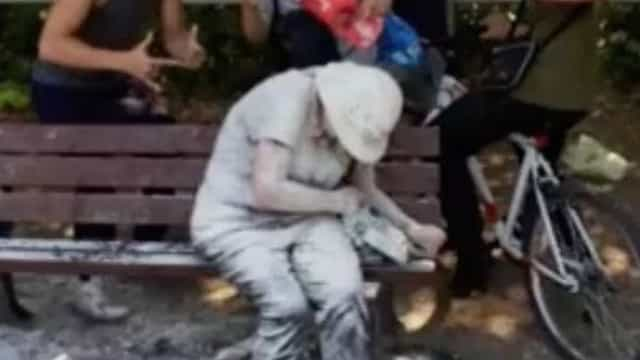 Mulher com deficiência atacada em jardim. Jovens partilham imagens online