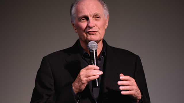 Ator Alan Alda diagnosticado com doença de Parkinson
