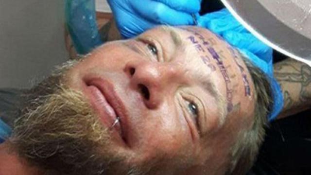 Amigos pagaram a sem-abrigo para tatuar nome de noivo na testa