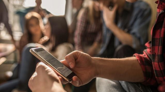 França proíbe telemóveis em escolas