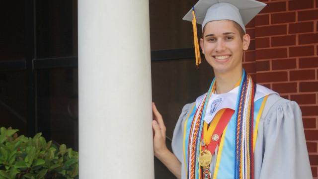 Pais queriam impedi-lo de estudar por ser gay. Mas a professora salvou-o
