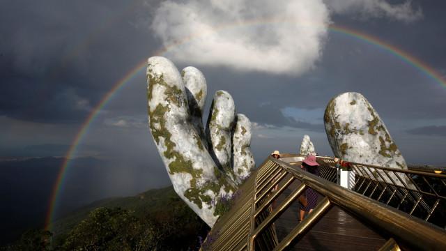 Ponte apoiada em 'mãos dos deuses' encanta turistas e locais no Vietname