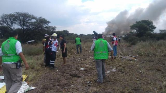 Vídeo mostra momento em que passageiros fugiram a pé do avião após cair