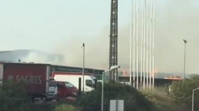 Camarate: Incêndio em fábrica mobiliza mais de 30 bombeiros