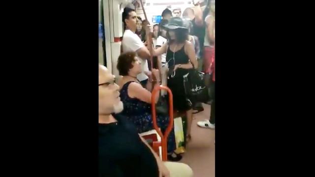 Idosa impede criança de se sentar no metro de Madrid por ser estrangeira