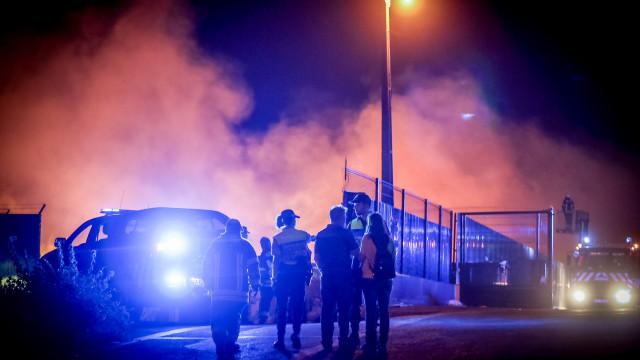 Dificuldade de combater incêndio em Camarate obriga a reforço de meios