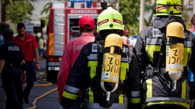 Mais de 60 bombeiros ainda combatem fogo em armazém em Camarate