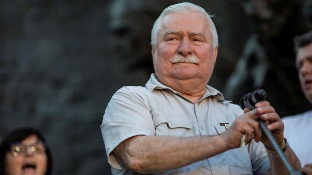"""Ex-presidente polaco Walesa """"perdoa e pede perdão"""" a Jaroslaw Kaczynski"""
