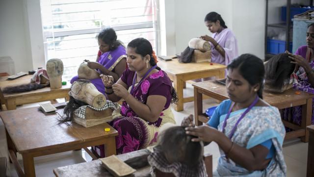 Assaltantes armados roubaram cabelo e perucas na Índia