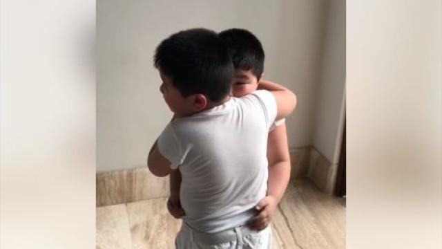 Gémeo 'não aguenta' ver irmão sofrer. Um momento de ternura em vídeo